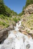 Agua potable de la montaña que fluye abajo de una corriente Fotografía de archivo libre de regalías