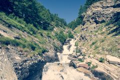 Agua potable de la montaña que fluye abajo de una corriente Fotografía de archivo