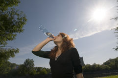 Agua potable de la muchacha fotografía de archivo