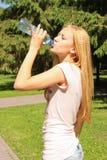 Agua potable de la muchacha Fotos de archivo