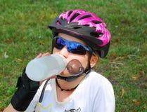 Agua potable de la muchacha Imagen de archivo libre de regalías