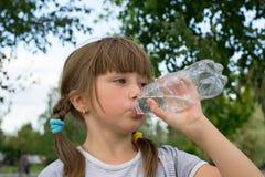 Agua potable de la muchacha Imagen de archivo
