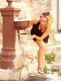 Agua potable de la muchacha imágenes de archivo libres de regalías