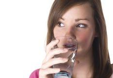Agua potable de la muchacha. Fotografía de archivo