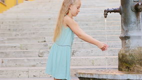 Agua potable de la muchacha adorable de la fuente de la calle en el día de verano caliente en Roma, Italia almacen de video