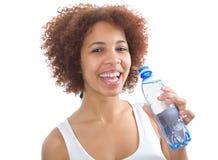 Agua potable de la muchacha africana fotografía de archivo libre de regalías