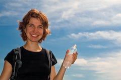 Agua potable de la muchacha al aire libre fotos de archivo