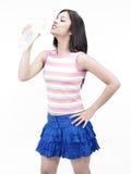 Agua potable de la muchacha asiática Fotografía de archivo libre de regalías