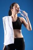Agua potable de la muchacha asiática china después del ejercicio Imagenes de archivo