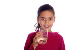 Agua potable de la muchacha contra blanco. Fotos de archivo