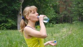 Agua potable de la muchacha de la aptitud metrajes
