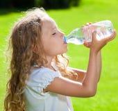 Agua potable de la muchacha hermosa Fotos de archivo