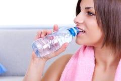Agua potable de la mujer Fotos de archivo