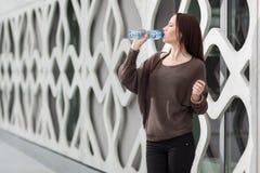 Agua potable de la mujer Imágenes de archivo libres de regalías