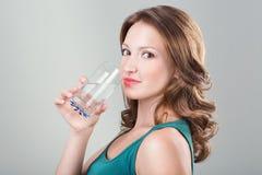 Agua potable de la mujer Imagenes de archivo