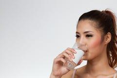 Agua potable de la mujer Imagen de archivo
