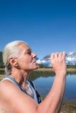 Agua potable de la mujer Foto de archivo