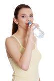 Agua potable de la mujer adolescente Imagenes de archivo