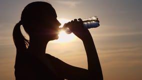 Agua potable de la mujer de la aptitud almacen de metraje de vídeo