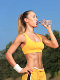 Agua potable de la mujer del atleta Fotos de archivo