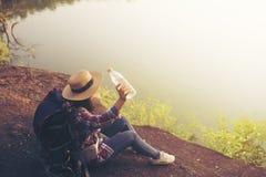 Agua potable de la mujer del Backpacker fotografía de archivo libre de regalías