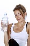 Agua potable de la mujer del deporte Imágenes de archivo libres de regalías