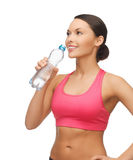 Agua potable de la mujer deportiva de la botella Fotos de archivo