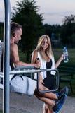 Agua potable de la mujer después de entrenar Fotos de archivo