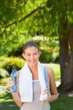 Agua potable de la mujer después de la gimnasia Imagenes de archivo