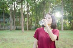 Agua potable de la mujer después del ejercicio Imagen de archivo