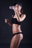 Agua potable de la mujer después del entrenamiento Imagen de archivo