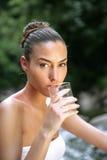 Agua potable de la mujer hermosa fotos de archivo libres de regalías