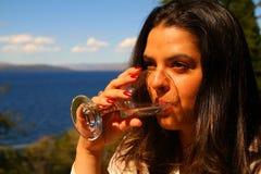 Agua potable de la mujer hermosa Fotos de archivo