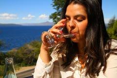 Agua potable de la mujer hermosa Imágenes de archivo libres de regalías