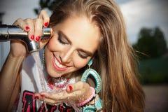 Agua potable de la mujer hermosa del golpecito Foto de archivo libre de regalías