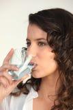 Agua potable de la mujer joven Fotos de archivo libres de regalías