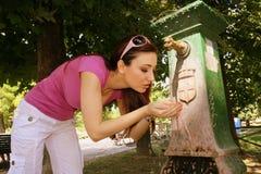 Agua potable de la mujer joven Imagen de archivo libre de regalías