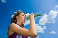 Agua potable de la mujer joven Fotografía de archivo libre de regalías