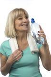 Agua potable de la mujer mayor deportiva Imagenes de archivo