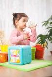 Agua potable de la pequeña niña pequeña linda de una botella imagenes de archivo