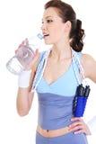 Agua potable de la reconstrucción del entrenamiento de la mujer Foto de archivo libre de regalías