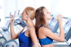 Agua potable de las mujeres después de deportes fotografía de archivo libre de regalías