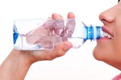 Agua potable de una botella Imagenes de archivo
