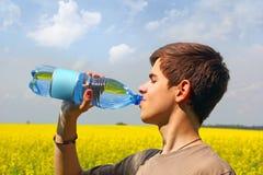 Agua potable del adolescente Foto de archivo libre de regalías