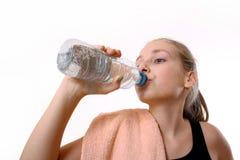 Agua potable del adolescente de la botella después de Trening Foto de archivo
