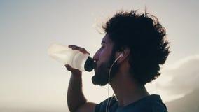 Agua potable del atleta de sexo masculino de la botella almacen de video