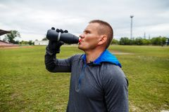 Agua potable del atleta de una botella foto de archivo libre de regalías