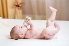Agua potable del bebé de la botella Foto de archivo libre de regalías