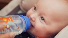 Agua potable del bebé hermoso de la botella almacen de video