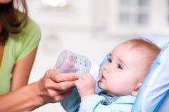 Agua potable del bebé Imagenes de archivo